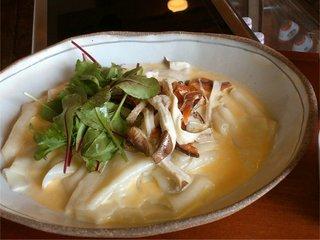 何時も庵 - 「クリームソースうどん」巾のひろ~~い もともちうどん+とろ~りのクリームスープ+シャケの風味が美味しいこだわりロッキーサーモン燻製(北海道)!
