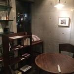 26004884 - わざとらしく飾られたごく普通の本(新書ではない)がインテリアの店内