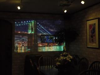 ムーンカフェ - 壁にはプロジェクターで映像を映してますw