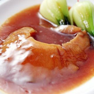 高級食材を使った料理の数々を楽しめます。