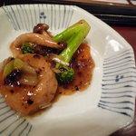 墨花居 - 北海道産ホタテとブロッコリーの黒豆炒め(取り分けた後ですが・・・)