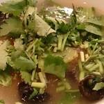 四川麻辣湯 - 牛肉、木耳、油菜、香菜をトッピング