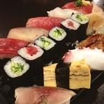寿司割烹 むらい - ランチにぎり1.5人前 1260円。 ベテランそうな寿司職人が三人、夜はお高いんでしょうね。 アサリ汁とこの量で、満足満足。