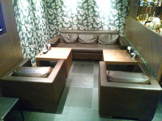 ジアス ルーク&タリー - 皮張りのフカフカのソファー席。
