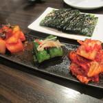 炭火焼肉・韓国料理 KollaBo - 韓国のり、キムチ盛り