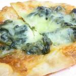 ととパン - ホウレン草とチーズのピザ¥150 撮影前にカットしちゃったw☆♪