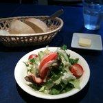 2605286 - サラダとパンです。