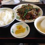 成龍 - 料理写真:レバニラ炒めとライス中