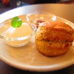 お茶とおやつ 和茶 - バナナスコーン with キャラメルソース&生クリーム
