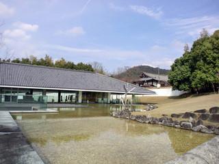 カフェ フルール - 奈良市写真美術館(黒川紀章設計)。右端がカフェ、奥には新薬師寺が【14.3月】