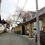 ろくさろん - 土壁の門に白壁の建物。左は不空院。この道を進むと新薬師寺です