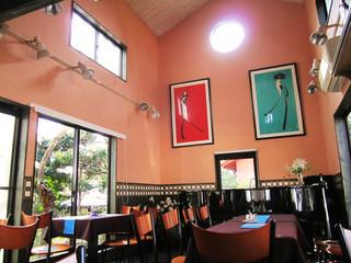 ろくさろん - 高い天井のカフェ空間。窓側席はこの後満席に。