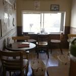 カフェバー プチプラム - 2階のテーブル席