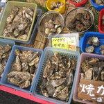 深山水産 - 待機している牡蠣やサザエ
