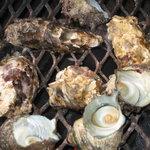 深山水産 - 牡蠣とサザエを焼いてます