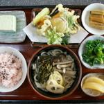 よってきましょ もえぎ亭 - 地元産もち米の赤飯セット¥1050円