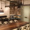カフェ&ブックス ビブリオテーク - 内観写真:ダイニングテーブルで気の合う仲間と食事やお酒を囲んでディナー。