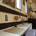 bar space - 西の、壁に面した席もいい感じ