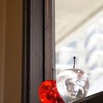 bar space - 窓際のりんごの飾りが綺麗です