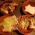 焼にく 和牛食堂 - ディナータイムのサラダバーにはキノコがいっぱい♪