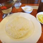 チャナ - キーマカレーにはゆで玉子とサラダが付いています