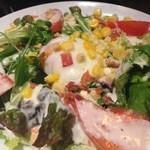 鶴龍 - 温泉玉子とベーコンのシーザーサラダ