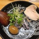 ぼっこ志 - 極濃鶏白湯にするか迷ったのですが、焦がし鶏白湯にしました。                             焦がし鶏白湯800円+煮玉子100円。
