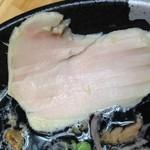 ぼっこ志 - 鶏チャーシューならぬ、カツオ節と同じ製法で作ったという鶏節。                             こちらはムネ肉。                             すっごくしっとりしています。