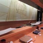 やきとり心香 - 加藤委氏のモダン美な食器が映える店内