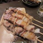 本格焼鳥 大名 へて - 塩焼きも2種類、最初は豚バラ。福岡の焼鳥を語るには欠かせない一品です。