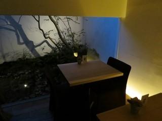 OKU - 奥のテーブル席です。坪庭が眺められて雰囲気が良いです。