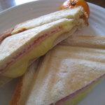 パンと珈琲の店 ねこのて - ハムとチーズのホットサンド