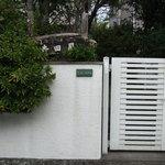 手打そば 寺田屋 - 外観写真:個人のお宅を利用してのお蕎麦やさんなので門から入る。
