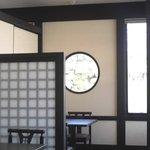 菜根香 - 椅子席は「和モダン」風で、奥には座敷間があります