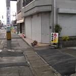 26141161 - この狭い道がお店への入り口。一応表示あり。写真奥が七日町駅方面
