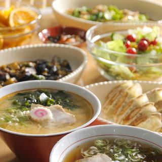 煮干の香るスープと熟成自家製ちぢれ麺はやみつきになる美味しさ