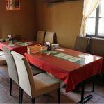 モッチモパスタ - 明4名テーブル席は、ゆったりくつろぎながらお食事&会話をお楽しみ頂けます。