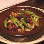 蕎麦 シカモア - 生ホタルイカ・きのこと金針菜の陶板炙り 850円