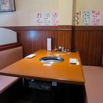 松庵 - 落ち着いて食事ができるテーブル席