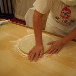 達磨 雪花山房 - optio A30で撮影。蕎麦を打つ高橋名人。