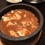 台湾創作キッチン RYU - 店の一番人気だという「石焼麻婆豆腐」。豆腐1丁が丸々入った器に麻婆を後乗せ。沸騰する麻婆と豆腐をまぜまぜするのですが、危険ゆえ店主自ら行ってくれます。なかなかの辛さで、甘酸っぱさが特徴的。うめえわコレ〜!お代わりしたくなったwww