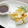 カマンベールチーズまるごと焼き メイプル添え