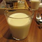 セントル ザ・ベーカリー - 自社の北海道美瑛放牧酪農場産牛乳