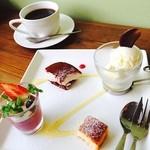 カフェスバコ - デザートプレートは苺のティラミス、ダークチェリーのムース、カタラーナにcafe本のサービスのアイス♪♪パティシエさんが作ってるので全て手が混んでいて美味しいです♡