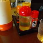 清吉そばや - 卓上調味料たち お酢、七味、コショウ、ラー油