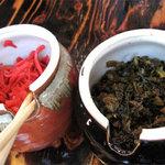 長浜らーめん 浜太郎 - トッピングは標準的な紅ショウガと辛子高菜。