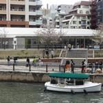 エル・トレス - お店の目の前から、都心の水辺ツアーに乗船できます。