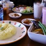 26225680 - 野菜カリー750円 イチゴミルク(手前) バナナミルク(奥)