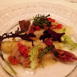 26227795 - 仏産ホワイトアスパラの冷製 ホタルイカと小ハマグリのマリネ フルーツトマトとグリーンペッパーのソース