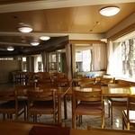 レストラン あゆみ - ゆったりと木のテーブルが配置されています。